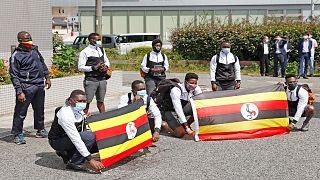 أعضاء الفريق الأولمبي الأوغندي لدى وصولهم إلى العاصمة اليابانية طوكيو