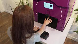 روبوت يوظف الذكاء الاصطناعي لطلاء وتجميل الأظافر