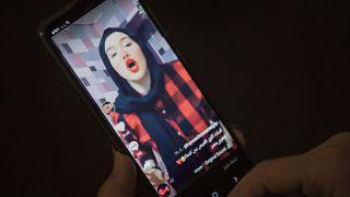 """حنين حسام  شابة مؤثرة على تطبيق """"تيك توك"""" في مصر."""