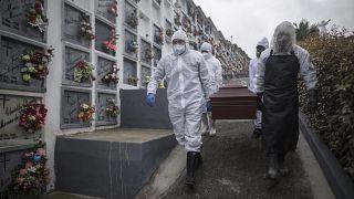 Enterradores portan un ataúd de fallecido por COVID en un cementerio de Nuestra Señora de Belén en Fusagasugá, en Colombia, durante la tercera ola de la pandemia.