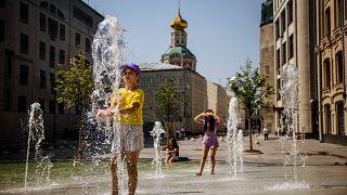 Ein Junge in Moskau kühlt sich ab