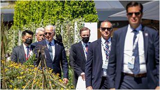 الرئيس الأمريكي جو بايدن يتوسط حرسه الشخصي