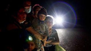 ABD-Meksika sınırını geçerek Amerikan polisine teslim olan Honduraslı bir göçmen grup