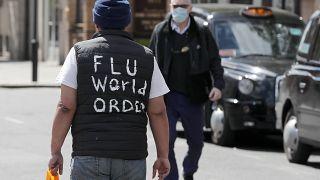 رجل يرتدي كمامة للوقاية من فيروس كورونا في لندن. 2020/05/12