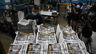 A demokráciapárti Apple Daily hongkongi nyomdájában: a zaklatások miatt leállnak