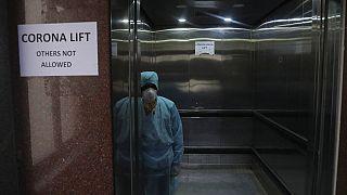 Ein Fahrstuhl für Menschen, die im Verdacht stehen, mit dem Coronavirus infiziert zu haben, 02.03.2020