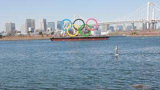 Olimpiyat oyunlarına ev sahipliği yapacak Japonya'nın başkenti Tokyo'da bulunan olimpiyat halkaları