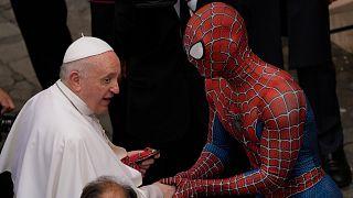 البابا فرنسيس وضيفه
