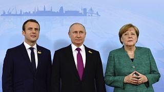 خلال لقاء جمع ميركل وماكرون ببوتين على هامش قمة مجموعة العشرين في 2017