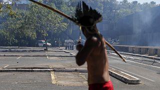 Un indio dispara una flecha contra la fuerzas del orden frente al parlamento de Brasil, en Brasilia.