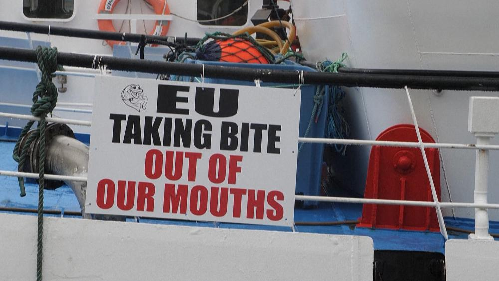 fishing-flotilla-sails-to-irish-parliament-in-protest-of-quotas