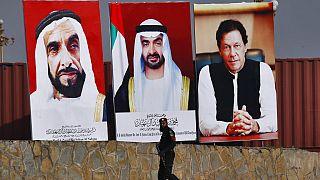 ملصقات إعلانية تظهر صور ولي عهد أبوظبي، محمد بن زايد آل نهيان، رئيس دولة الإمارات الأسبق زايد بن سلطان آل نهيان، ورئيس الوزراء الباكستاني عمران خان، في باكستان، يناير 2019