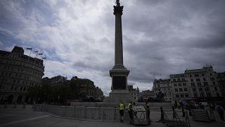 Szurkolói övezet kerítését állítják fel a londoni Trafalgar téren 2021. június 11-én