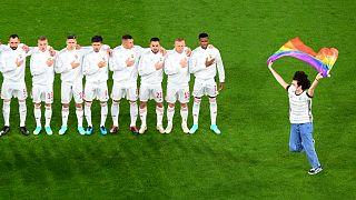 Szurkoló szalad a pályára szivárványos zászlóval a német-magyar Európa bajnoki mérkőzés előtt Münchenben
