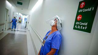 """Profissional descansa numa unidade para """"doentes covid"""" em Porto Alegre, Brasil"""