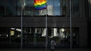 Szivárványszínű zászló lobog Brüsszelben 2021. március 11-én