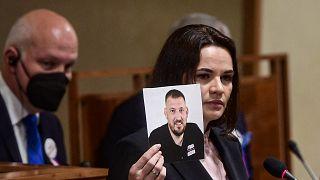 Лидер белорусской оппозиции Светлана Тихановская с фотографией мужа Сергея Тихановского