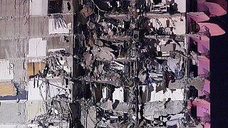 Emberek a romok alatt Miamiban