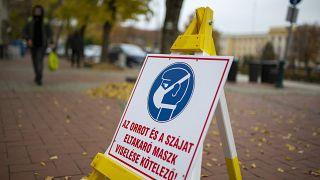 ARCHÍV: védőmaszk viselésére felszólító tábla Nagykanizsán, 2020. november 13-án.