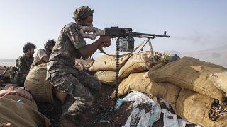 مقاتل يمني تابع للقوات الحكومية المدعومة من قبل التحالف بقيادة السعودية بالقرب من مأرب