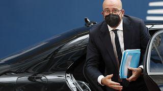 رئيس المجلس الأوروبي، شارل ميشيل، يترجل من سيارته ليدخل إلى مقّر القمة الأوروبية في بروكسل 24 حزيران/يونيو 2021