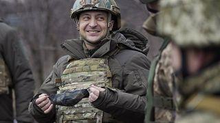 Volodimir Zelenszkij meglátogatta az oroszbarát szeparatisták ellen harcoló katonákat a donyecki régióban 2021.február 11-én