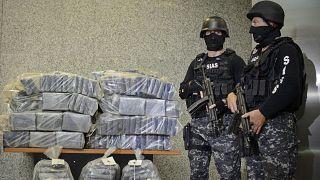 شرطيان يقفان قرب كميات من الكوايين الذي تم حجزه. 2016/07/01