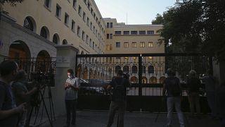giornalisti accalcati fuori dal monastero di Petraki, dopo l'attacco