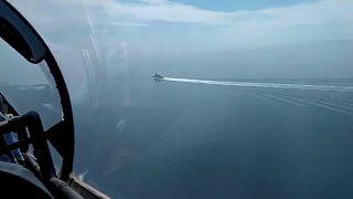 """- Rusya Savunma Bakanlığı'nın sosyal medya hesaplarından yayınladığı İngiltere'ye ait """"Defender"""" savaş gemisinin Rus uçakları tarafından takibi  (screenshot)"""