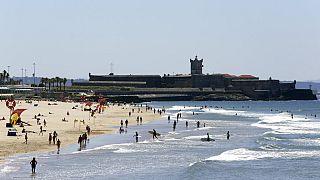 Strand in Cascais in Portugal - Deutschland verschärft Reiseregeln für das Land