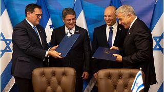 رئيس الوزراء الإسرائيلي نفتالي بينيت ووزير الخارجية يائير لبيد في لقاء مع رئيس هندوراس خوان أورلاندو هرنانديز ووزير الخارجية ليساندرو روساليس