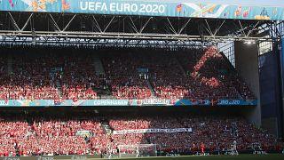 Koppenhága, 2021. június 17. A lelátó a 2020-as labdarúgó Európa-bajnokság B csoportjának második fordulójában játszott Dánia-Belgium mérkőzés előtt