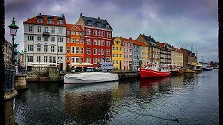 Kopenhag'ın şehir merkezinde yer alan Nyhavn (Yeni liman) bölgesi, turistlerin en çok ziyaret ettiği yerlerin baında geliyor.