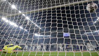 Sergio Oliveira, de Porto marque contre la Juventus de Turin à Turin lors des 16 de finale de la Ligue des Champions, le 9 mars 2021