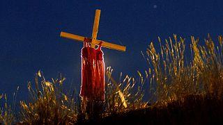 Archives : une robe d'enfant sur une croix dressée non loin du lieu où avait été découvert les restes de 215 enfants dans une fosse commune à Kamloops au Canada, le 6/6/2021
