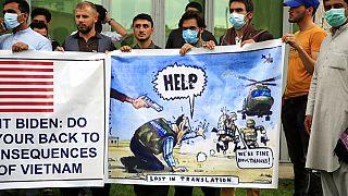Afganistan'da Washington yönetiminden yardım isteyen yerel işbirlikçiler eylem yaparken.