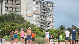 Η.Π.Α.: Αγωνιώδεις προσπάθειες για τον εντοπισμό επιζώντων στα συντρίμμια της πολυκατοικίας