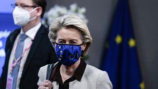 رئيسة المفوضية الأوروبية، أورسولا فون دير لاين، في اليوم الأول من قمة الاتحاد الأوروبي في مبنى المجلس الأوروبي، في بروكسل، الجمعة 25 يونيو 2021.