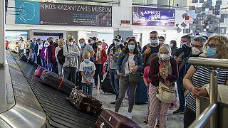 Επιβάτες πτήσης από το Ανόβερο περιμένουν τις αποσκευές τους στο αεροδρόμιο «Νίκος Καζαντζάκης» στο Ηράκλειο, Κρήτης.