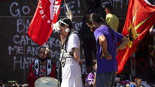 Rabbia e cordoglio delle popolazioni indigene canadesi, per il sistema dei convitti obbligatori di cui il governo si è servito per le sue politiche di assimilazione forzata