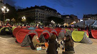 Paris'te düzensiz göçmenler 'acil barınma' talebiyle belediye binası önünde kamp kurdu