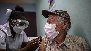 """مواطن يتلقى جرعة من لقاح """"أبدالا"""" الكوبي في مكتب الأطباء في ألامار، ضواحي هافانا في كوبا، الجمعة 14 مايو 2021."""
