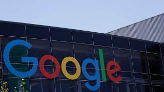 شعار غوغل في مقر الشركة في ماونتن فيو بولاية كاليفورنيا، 19 يوليو 2016