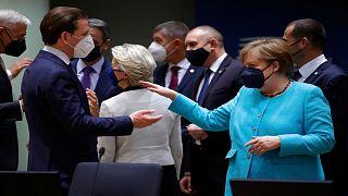 المستشارة الألمانية أنجيلا ميركل تتحدث مع قادة دول الاتحاد الأوروبي على هامش القمّة الأوروبية في بروكسل 25 حزيران/يونيو 2021