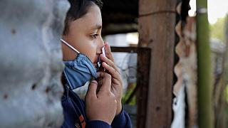 يقوم أحد سكان مدينة لا بلاتا، على بعد 65 كم من مدينة بوينس آيرس، بإجراء اختبار حاسة الشم، الأرجنتين، 24 مايو 2020