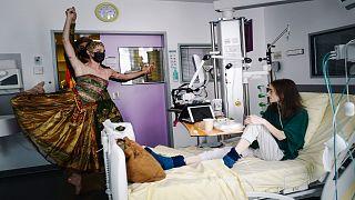 """الراقصان في باليه أوبرا باريس، أوغو مارشان ودوروتيه جيلبير يرقصان للطفلة المريضة مايلي التي تتلقى العلاج في وحدة العناية الفائقة بمستشفى """"نيكير"""" الباريسي"""