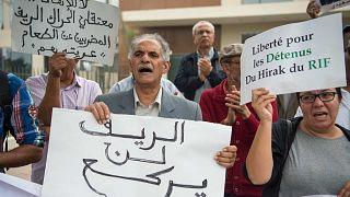 """أنصار """"حراك الريف"""" في المغرب يحملون لافتات ويرددون شعارات خارج محكمة استئناف الدار البيضاء، 17 أكتوبر/ تشرين الأول 2017"""