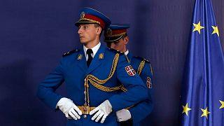 مامور تشریفات در کنار پرچم اتحادیه اروپا