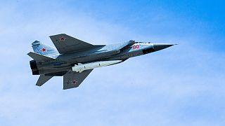 طائرة روسية من طراز ميغ-31 تحمل صاروخًا باليستيًا جويًا عالي الدقة تفوق سرعته سرعة الصوت.