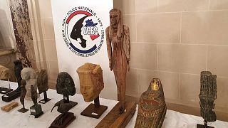 Une partie des antiquités qui ont été restituées à L'Egypte exposée dans l'ambassade égyptienne à Paris, le 23 juin 2021